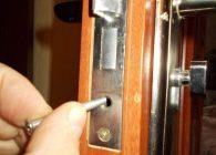 Как снять личинку замка входной двери?