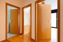 Куда лучше открывать межкомнатные двери?